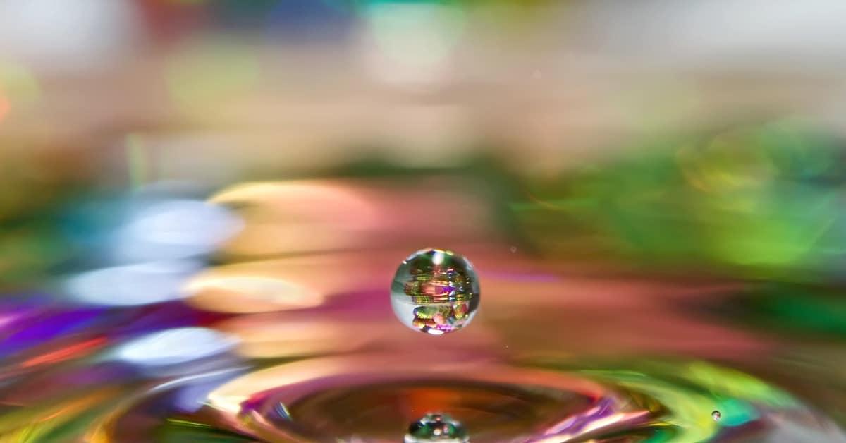 Goccia in acqua arcobaleno